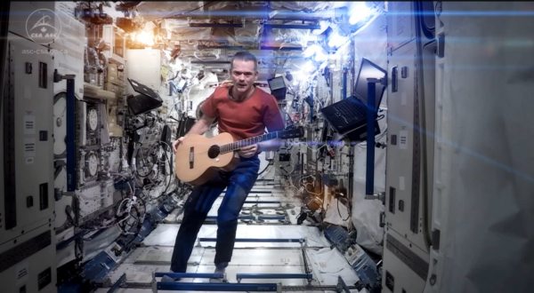 Chris Hadfield – Space Oddity (David Bowie cover)